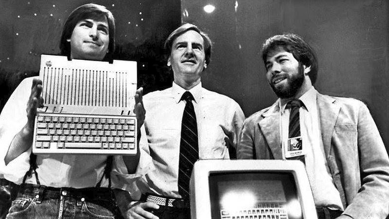 Рональд Уэйн (на фото посредине) был одним из основателей компании Apple. В 1976 году он продал свою долю в компании за $800. Сейчас бы его доля стоила $35 млрд.